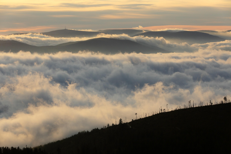 Zejména za podzimní inverze s mraky tlačenými teplým vzduchem dolů do údolí jsou se vyplatí stát nahoře na kopcích